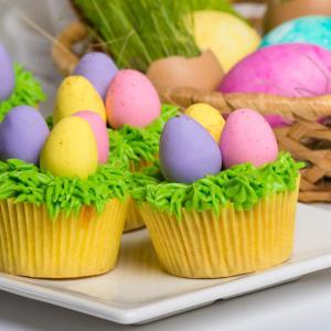 La recette des cupcakes chocolat de Pâques qui plaira aux petits comme aux grands. Une activité gourmande et drôle à faire en famille avant la chasse aux oeufs. Retrouvez toutes les informations et astuces qui permettront de régaler votre entourage pour l