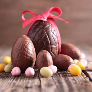 La recette des œufs en chocolat de paques qui plaira aux petits comme aux grands. Une activité gourmande et drôle à faire en famille avant la chasse aux oeufs. Retrouvez toutes les informations et astuces qui permettront de régaler votre entourage pour le