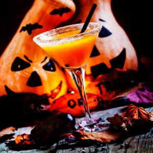 Voilà une boisson d'halloween qui va plaire à vos petits monstres ! Composé de jus d'orange, de grenadine et d'autres surprises, ce coktail des sorcières couleur citrouille est la boisson sans alcool idéale pour votre fête d'halloween.
