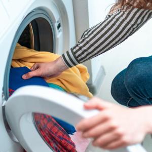 Remplir en totalité les machines à laver la vaisselle et le linge est un petit geste pour économiser l'eau au quotidien. Le geste ne paraît pas très important lorsqu'il est isolé pourtant il