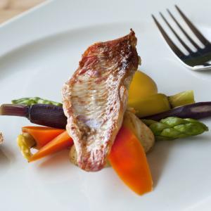Les filets de rougets sont simplement grillés avec un peu d'huile d'olive. Du sel et du poivre sont ajouté, un plat très simple.