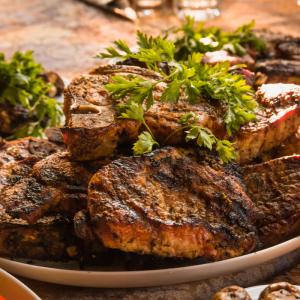 Le rôti de rumsteck est une recette facile à préparer que ce soit pour le repas du week-end ou pour un repas de fête. Le rumsteck à la moutarde et au poivre s'accompagne aussi bien de légumes cuisinés que de simples frites ou pommes sautées.