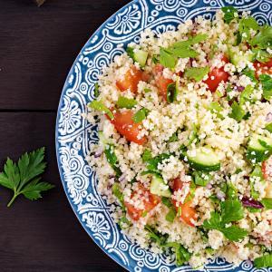Salade au blé concassé et aux tomates. Une salade toute simple pour accompagner les grillades de viande ou de poisson.  Une recette de salade à faire avec les enfants. Recette illustrée facile à faire