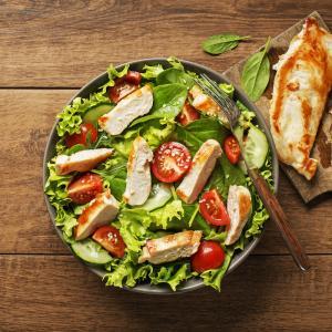 Une petite recette de salade à faire avec les restes de poulet rôti. Une petite recette facile à réaliser le dimanche soir par exemple.
