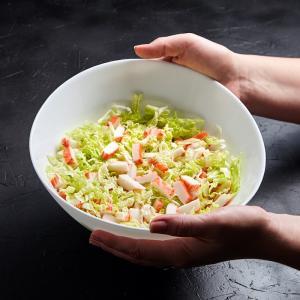 Recette facile à faire avec les enfants : recette d'une petite salade composée au surimi saveur crabe.