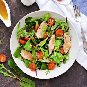 Salade composée avec des gésiers de canard. Une recette de salade facile pour les déjeuners d'été. En hiver cette salade aux gésiers de canards sera servie en entrée.