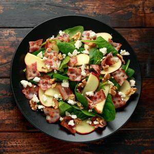 Salade composée aux tomates séchées, à la féta, aux champignons et aux lardons de bacon. Les proportions sont données pour une assiette. Recette illustrée facile à fai