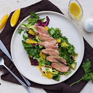 Petite salade composée au magret de canard. A manger en entrée ou en plat. Pour la servir en plat il suffit de doubler les quantités. Une salade idéale pour les vacances ou l'été.