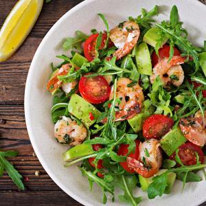 Salade aux crevettes roses, surimi et avocat. Les enfants sont très sensibles à l'aspect esthétique des plats. Pour multiplier les chances de les voir manger des salades, il est préférable de pr&e