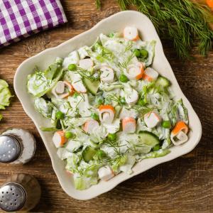 Une petite salade d'été à base de  concombre crabe et petits pois. Une salade facile à faire et rapide à préparer. Une recette de salade à faire avec les enfants. Recette illustr&eac