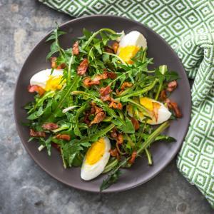 La salade de pissenlits est une vraie recette de printemps. Dès le mois d'avril les enfants partaient à la cueillette des jeunes plants de pissenlits. De retour à la maison les pissenlits étaient cuisin&eacu