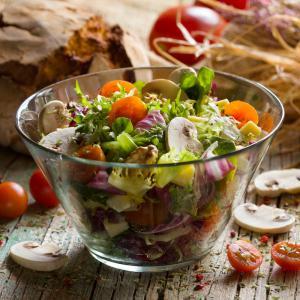 Recette d'une salade mixte composée. Faire participer les enfants à la préparation de cette salade composée peut être l'occasion de leur donner envie de manger des légumes.
