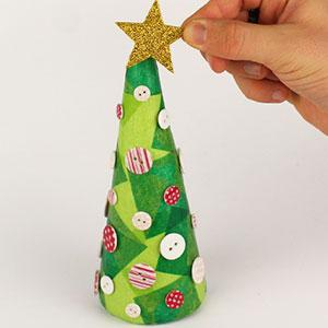 Sapins de Noël à décorer ou à faire soi-même. Retrouvez des idées de bricolages expliqués pour réaliser des petits sapins pour décorer la maison pour Noël.