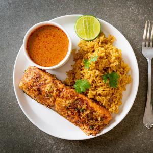 Le saumon sauté tandoori est un plat qui peut se préparer à la dernière minute avec du saumon frais comme du saumon surgelé. Il peut être le plat principal d'un repas comme il peut enrichir