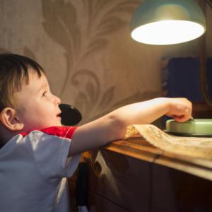 Aujourd'hui, il n'existe plus de vraies raisons de se priver des ampoule basse consommation. Ces ampoules restent encore un peu plus chères à l'achat, mais comme elles ont une durée de vie 6 &