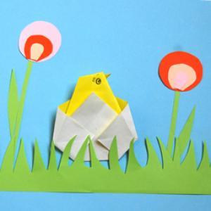 Réaliser un tableau qui a du relief en collant les différents éléments en papier qui composent la scène printanière. Les différents éléments en papier ont &