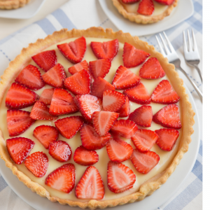 Vous cherchez une recette avec des fraises ? Voici une recette parmi les grands classiques de la pâtisserie française : la tarte aux fraises ! Un délice sucré que toute la famille adore déguster quand arrive les beaux jours. Une bonne manière de consommer