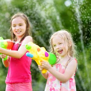 Les jeux d'eau sont idéaux pour rafraîchir les enfants l'été. Ils adorent ça ! Découvrez notre TOP10 des jeux d'eaux pour amuser les enfants tout en les gardant au frais.