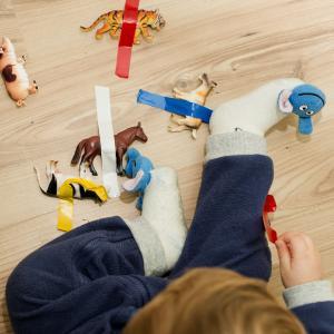 Activité sensorielle enfant Montessori pour libérer les animaux de la glace. Une activités pour les grands et les plus petits qui les amusera beaucoup. copie