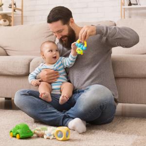 Le hochet est un jouet polyvalent qui permet d'éveiller plusieurs sens de votre bébé. C'est un plus un jouet avec lequel bébé pourra jouer pendant toute sa première année. Les de
