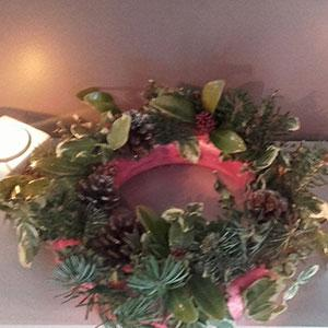 Un pas à pas pour apprendre à réaliser une couronne de Noël à partir d'une cuillette en forêt