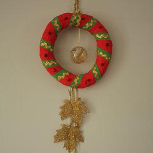 Un DIY facile pour aider les enfants à fabriquer leur couronne de Noël