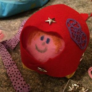 Comment réaliser une bouele de sapin de Noël en forme de madame Russe