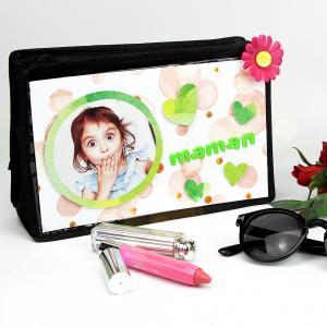 Un cadeau de fête des mères beau et utile à personnaliser avec la photo de votre ou de vos enfants. La maman pourra alors ranger ses crayons mais aussi ses affaires pour partir en voyage.
