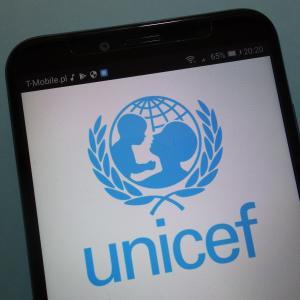 L'Unicef, agence de l'ONU, a pour mission d'assurer à chaque enfant, santé, éducation, égalité et protection. Depuis plus de 60 ans, l'Unicef lutte pour le respect des droits des enfants. L'UNICEF est