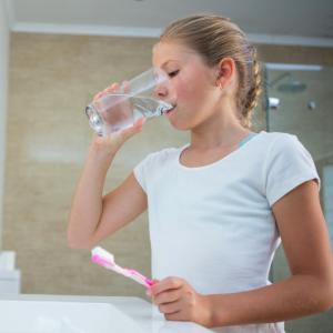 Utiliser la seule quantité d'eau nécessaire pour les petits gestes. Il existe un grand nombre de petits gestes pour lesquels nous devons nous rééduquer en même temps que nous éduqu