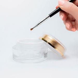 Quel vernis pour la pâte à sel ? Cette question revient souvent lorsque nous voulons protéger nos objets fabriqués en pâte à sel. Découvrez tous nos conseils et astuces pour vernir de la pâte à sel.