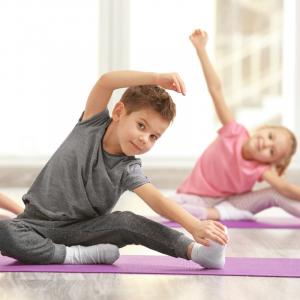 Retrouvez nos 9 vidéos Yoga préférées pour organiser une séance à la maison avec les enfants.