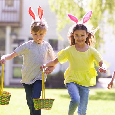 Retrouvez nos 13 idées de jeux de plein air pour Pâques. De quoi occuper les enfants en attendant la chasse aux œufs.