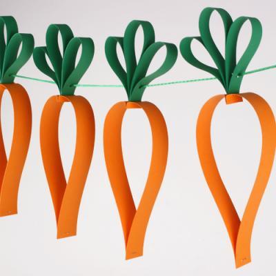 Un tuto pour fabriquer une guirlande de carottes en papier qui sera parfaite pour decoder la maison au moment de Pâques