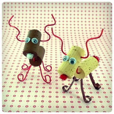 Activité de bricolage enfants pour réaliser des petits rennes avec des bouchons en liège