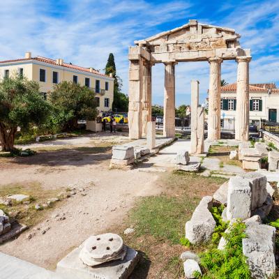 Agora : Mot du glossaire Tête à modeler. L'agora était une place publique et un marché dans les villes grecques de l'antiquité.  Activités associées.