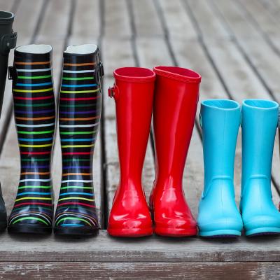 Botte - mot du glossaire Tête à modeler. Une botte est une chaussure qui enferme le pied et une partie de la jambe. Définition et activités associées au mot botte.
