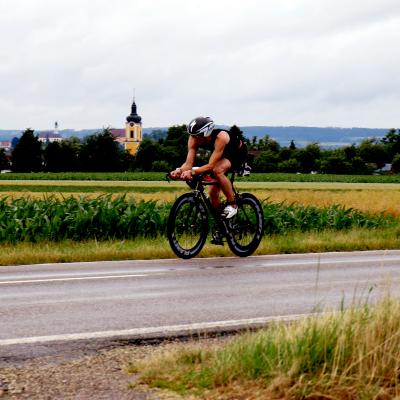 Le triathlon est une discipline des Jeux d'été très exigeante. Les athlètes en compétition sont complets et enchainent 1500 mètres de natation, 40km de vélo et 10km de course à pieds. Retrouvez des infos sur ce sport ainsi que les épreuves.