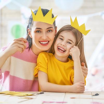 Activités pour fêter le jour des rois avec les enfants ! Fabriquez des déguisements, des couronnes, des instruments, préparez l'Epiphanie DIY parfaite pour votre famille grâce à des activités qui plairont aux petits comme aux grands.