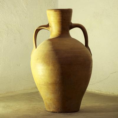 Amphore: Mot du glossaire Tête à modeler. Une amphore est un vase à deux anses utilisé dans l'antiquité au temps des grecs et des romains.    Activités associées.