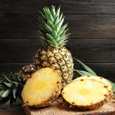 Ananas: Mot du glossaire Tête à modeler. Un ananas porte un fruit exotique à écorce épaisse et à chair jaune.     Activités associées.