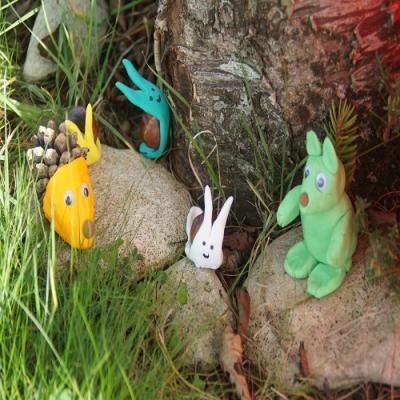 Des animaux en pâte à modeler et pommes de pin à faire avec les enfants