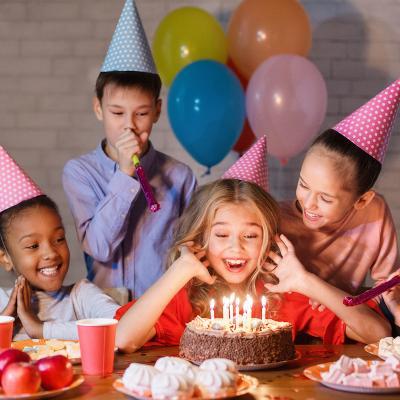 Anniversaire: Mot du glossaire Tête à modeler. Un anniversaire est le jour rappelant un événement qui a eu lieu au moins un an avant.  Activités associées.