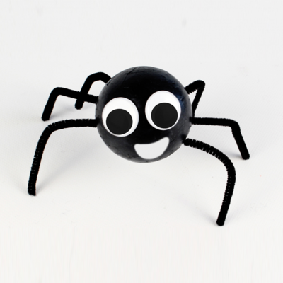 Une activité manuelle Halloween pour réaliser une araignée pour votre décoration. Un bricolage facile et rigolo, une activité idéale à faire avec les enfants pour s'amuser et préparer la fête d'Halloween.