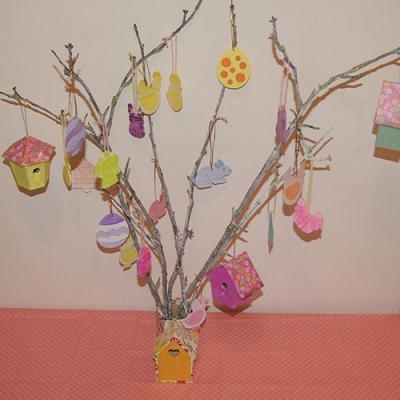 Un arbre de Pâques à faire en famille avec des décos de Pâques et des nichoirs décorés