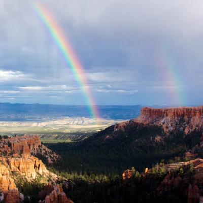 Arc-en-ciel : Mot du glossaire Tête à modeler. Un arc-en-ciel est un phénomène lumineux en forme d'arc qui permet de voir la décomposition de la lumière en 7 couleurs Activités as