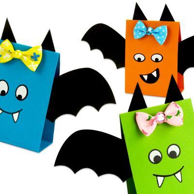 Aujourd'hui découvrez une astuce simple qui permettra aux enfants de fabriquer facilement d'adorables chauves-souris en papier pour Halloween !