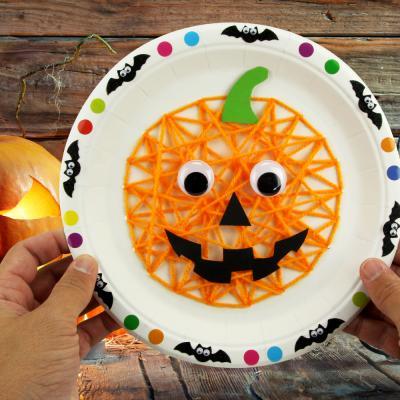 Découvrez un bricolage original et amusant pour Halloween.  Les enfants vont fabriquer une jolie citrouille avec une assiette en carton et de la laine et la décorer à l'aide de gommettes et stickers.    En brodant sur l'assiette avec de la