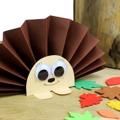 Découvrez un bricolage facile qui permettra aux enfants de fabriquer des hérissons tout mignons à l'aide de quelques feuilles de papier !