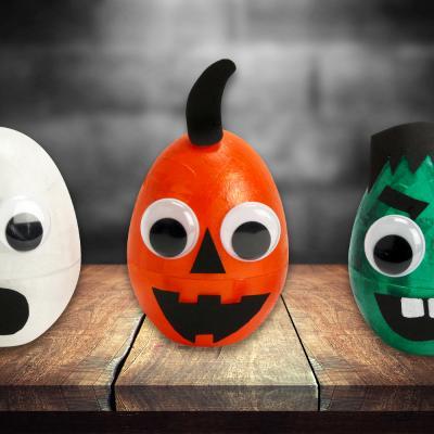 Pour Halloween nous allons fabriquer des monstres rigolos qui brillent dans le noir. Les enfants vont adorer détourner les oeufs en plastique, habituellement utilisés pour Pâques, afin de leur donner vie à travers citrouilles, fantômes et autres monstres